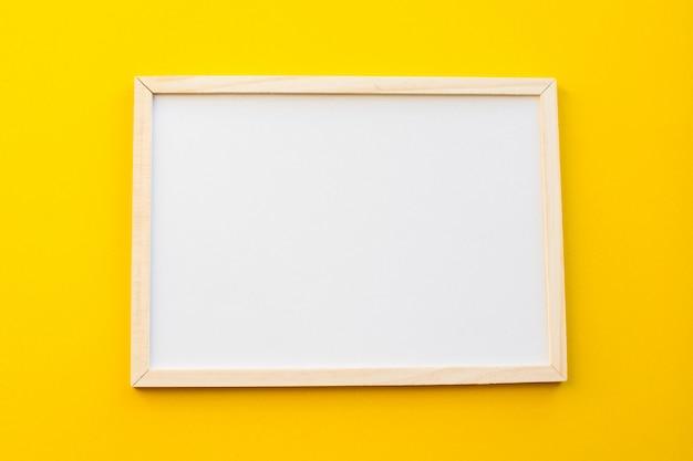 Tableau blanc sur fond jaune.