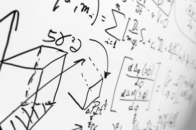 Tableau blanc avec des formules