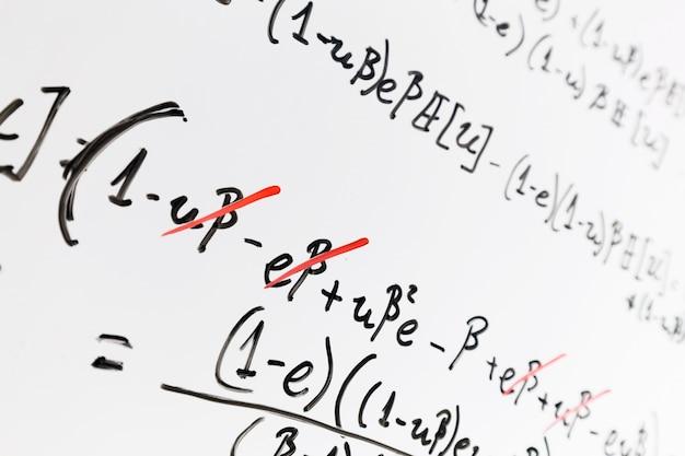 Tableau blanc avec les mathématiques