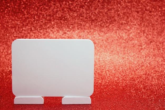Tableau blanc pour le texte sur fond de vacances mousseux rouge