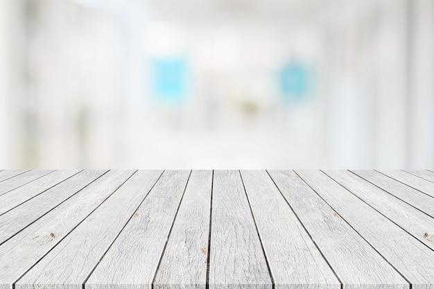 Tableau en bois ou une table et un arrière-plan flou abstrait