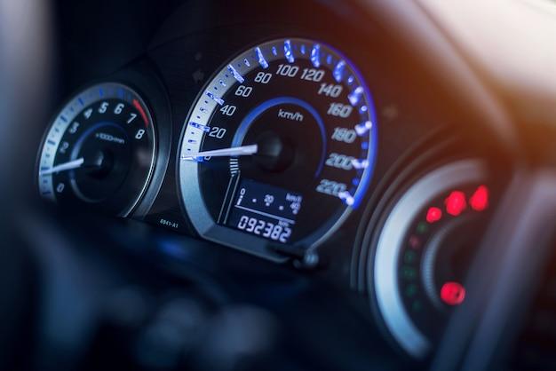 Tableau de bord closeup de voiture de kilométrage