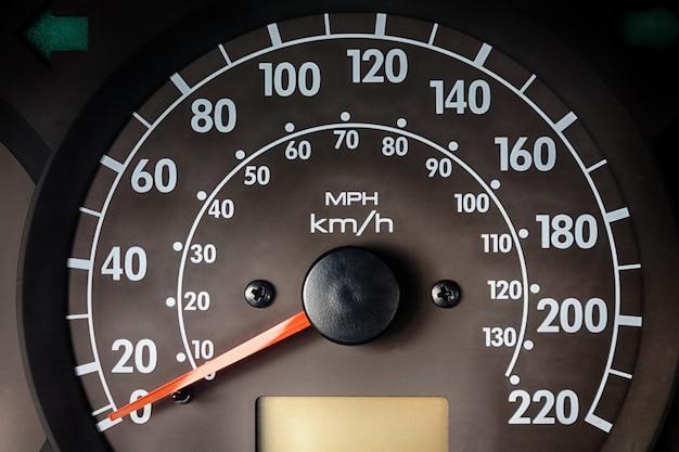 Tableau de bord avec compteur d'instruments dans la voiture