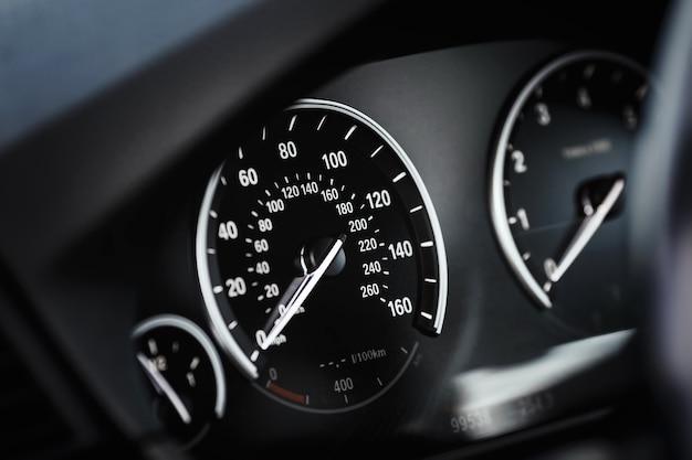 Tableau de bord avec compteur de vitesse et compte-tours