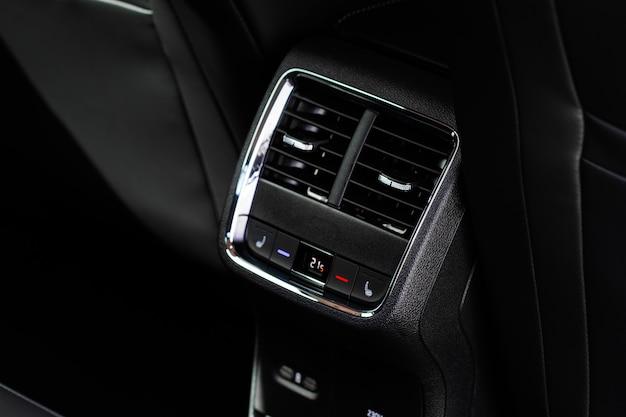 Tableau de bord du climatiseur de voiture à panneau de commande numérique. boutons de climatisation intérieure de voiture moderne à l'intérieur d'une voiture vue rapprochée.