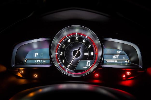 Tableau de bord ou indicateur de vitesse de voiture moderne dans la nuit