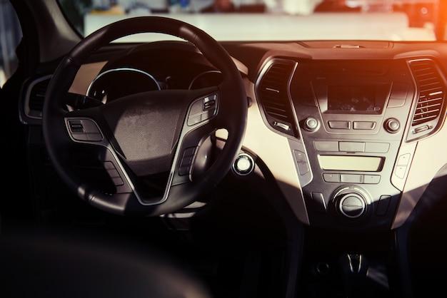 Tableau de bord intérieur de voiture moderne et volant.
