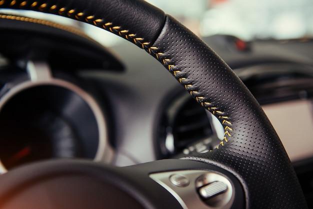 Tableau de bord intérieur et volant de voiture moderne