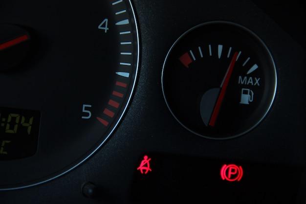 Tableau de bord de voiture carburant