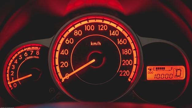Tableau de bord de voiture avec indicateur de vitesse et tachymètre de couleur orange