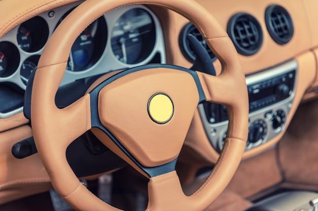 Tableau de bord d'une voiture de sport générique