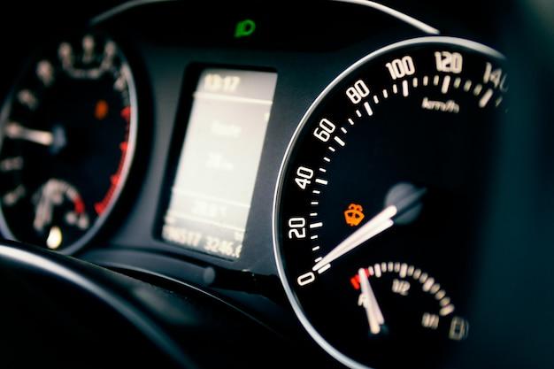 Tableau de bord de voiture. tableau de bord de voiture. pidomètre strelkas