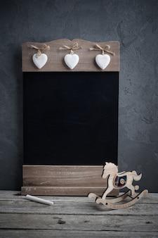 Tableau et cheval jouet en bois