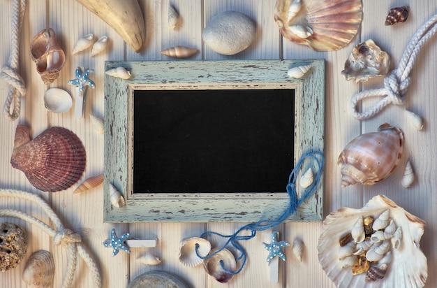 Tableau avec décorations maritimes sur bois clair