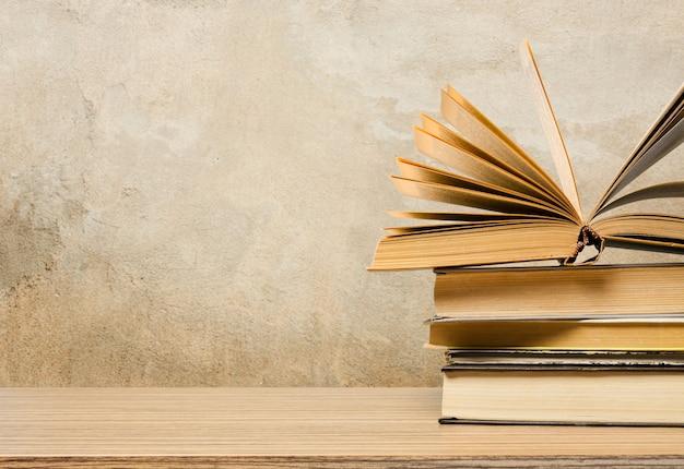 Tableau d'école avec une pile de livres