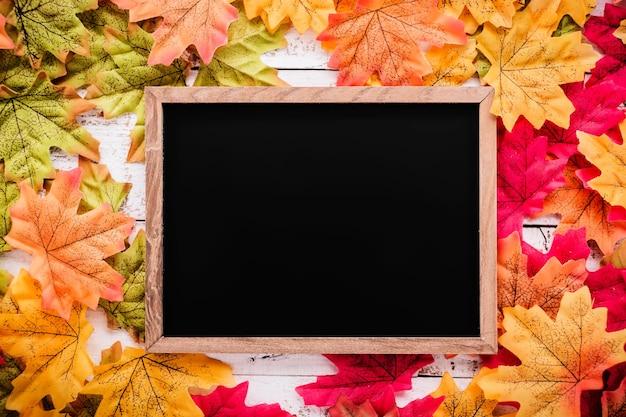 Tableau d'écran blanc sur fond de texture automne feuille avec espace copie gratuit
