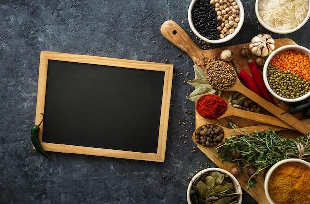 Tableau avec des épices et des herbes