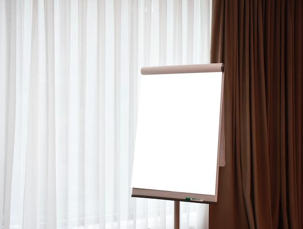 Tableau à feuilles mobiles dans l'espace de copie de la salle de conférence