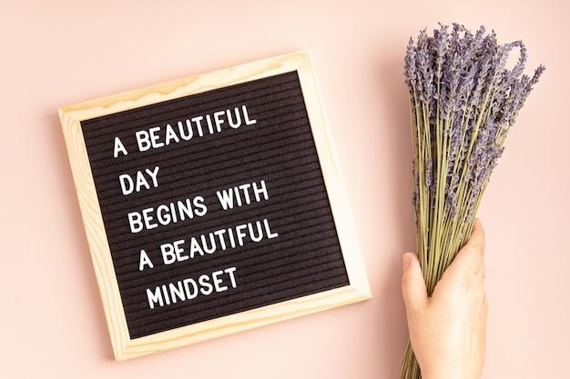 Tableau en feutre avec texte belle journée commence par un bel état d'esprit. santé mentale, pensée positive, concept de bien-être émotionnel