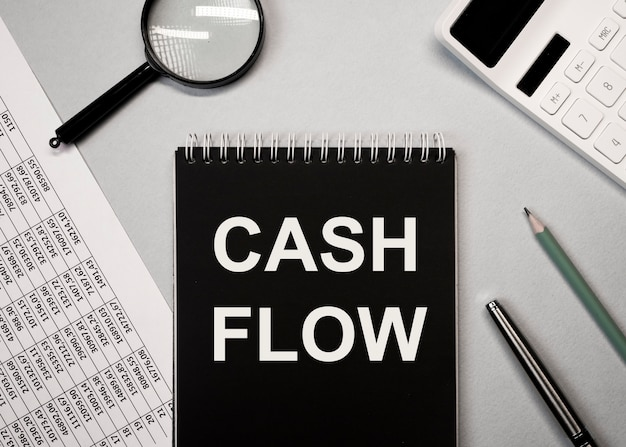 Tableau des flux de trésorerie sur papier sur les flux de trésorerie de bureau