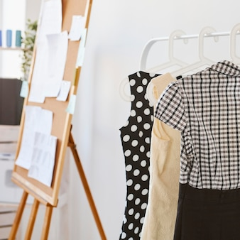 Tableau d'idées avec collection de vêtements en atelier