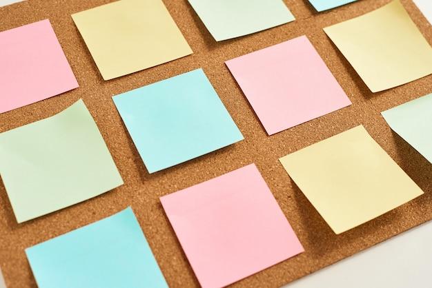 Tableau en liège avec des notes vierges de couleur épinglée