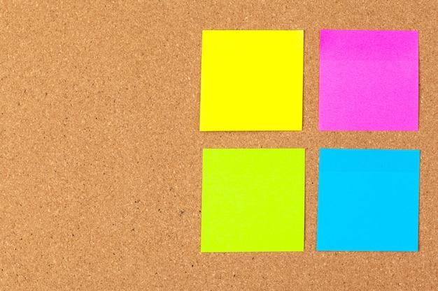 Tableau de liège avec plusieurs notes vierges colorées