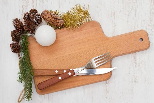 Tableau marron avec décoration de noël sur bois blanc