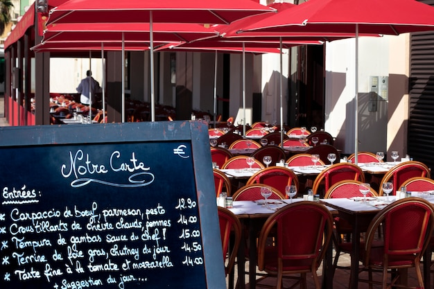Tableau de menu de restaurant français dans la rue