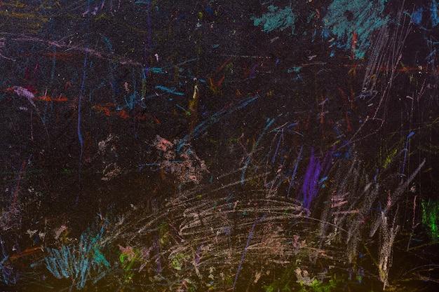 Tableau noir abstrait peint aux crayons de couleur