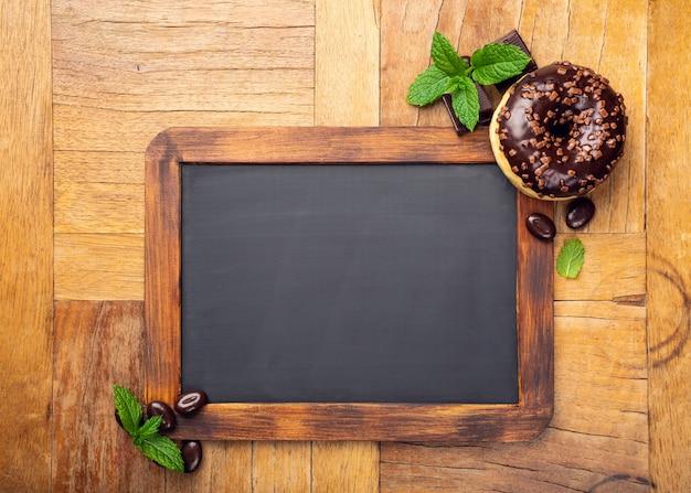 Tableau noir avec beignet glacé au chocolat