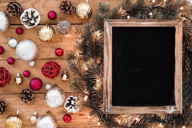 Tableau noir avec des boules brillantes sur la table