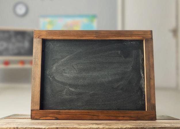 Tableau noir sur le bureau dans la salle de classe