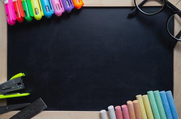 Tableau noir, craie, crayons magnifiquement disposés et possibilité de saisie de texte.