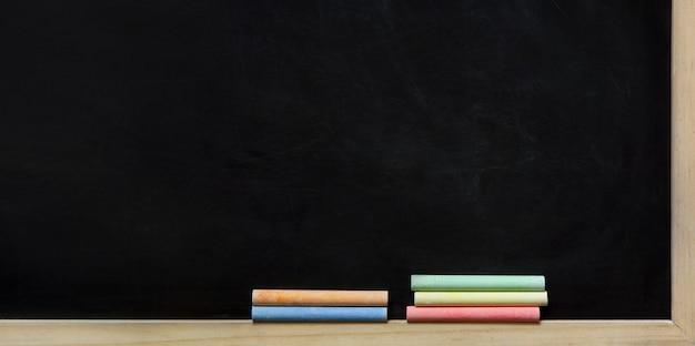 Tableau noir et craies colorées