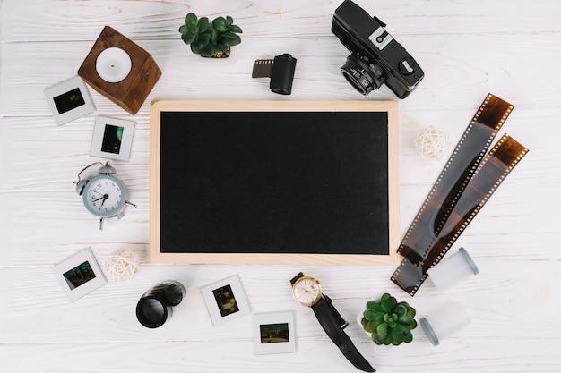 Tableau noir entouré d'éléments photographiques