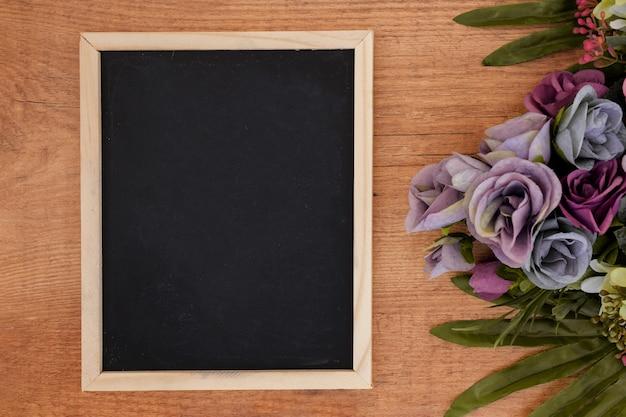 Tableau noir avec des fleurs