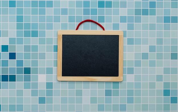 Tableau noir sur un fond de piscine