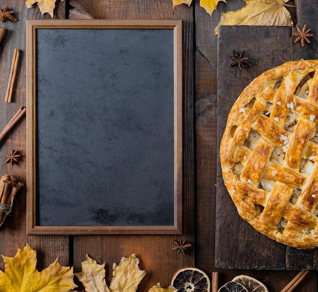Tableau noir et gâteaux aux fruits entiers cuits au four