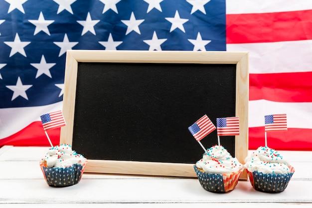 Tableau noir et gâteaux pour le jour de l'indépendance