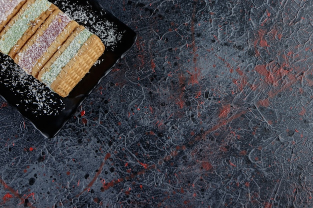 Un tableau noir de gaufres belqian sur une table sombre.