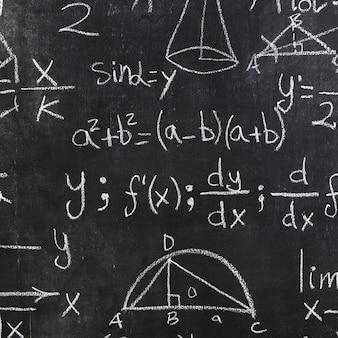 Tableau noir avec inscriptions mathématiques blanches