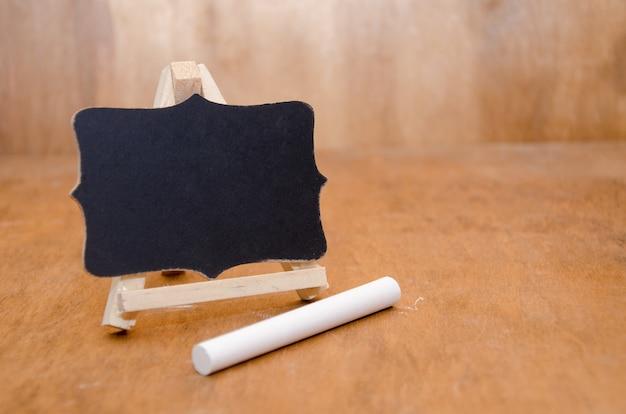 Tableau noir et un morceau de craie