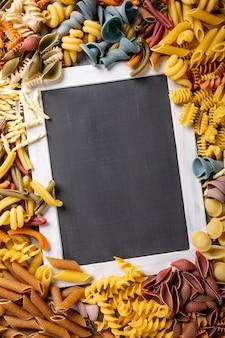 Tableau noir avec des pâtes italiennes