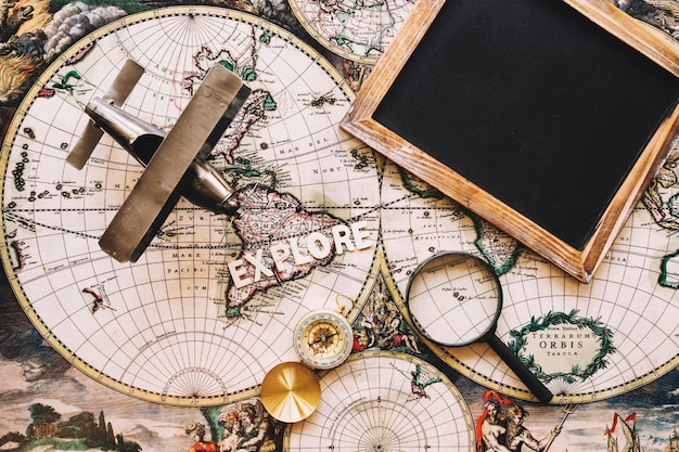 Tableau noir près de trucs touristiques sur la carte