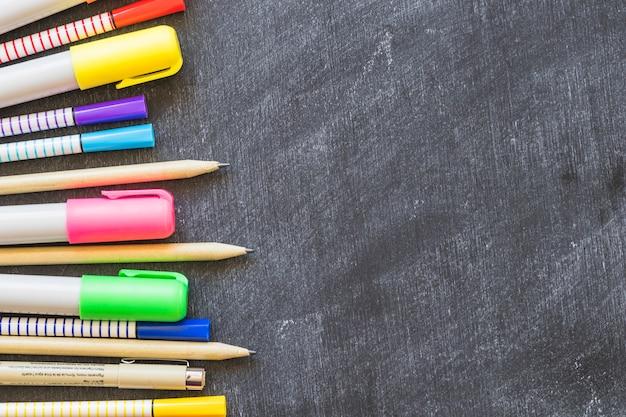 Tableau noir avec rangée de stylos
