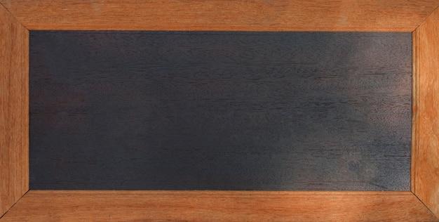 Tableau noir - tableau noir avec bordure en bois sur fond