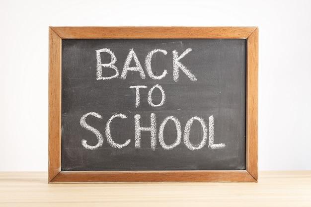Tableau noir avec texte manuscrit retour à l'école