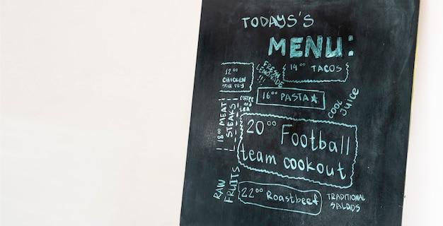 Un tableau noir avec texte de menu dans le restaurant de rue