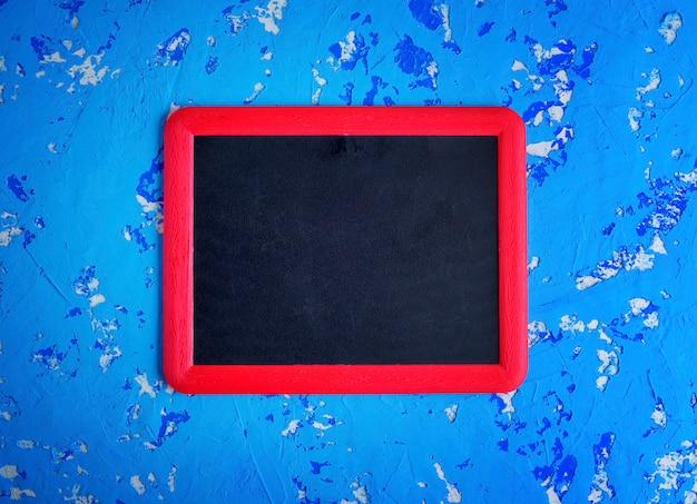 Tableau noir vide dans un cadre rouge